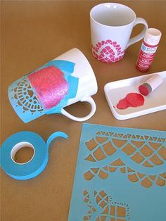 "Stencilling on the mugs.we used our foam pouncer to apply pearl paint over the taped-on stencil.-from Martha Stewart ""a good thing"" naturally! Cute Crafts, Crafts To Do, Diy Projects To Try, Craft Projects, Craft Ideas, Craft Gifts, Diy Gifts, Craft Robo, Diy Becher"