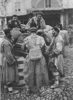 Муши (носильщики тяжестей). Кавказ. Российская империя. 1898 год.