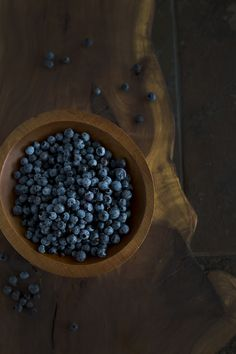 #Wild #Blueberries on #applewood #Board #dark #moody #Foodphotography #Foodprops #Foodblog #Styling #Foodstyling #Minimal #Bowl #Woodbowl #photography #100mm