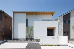 明るくモダンなテイストの塗り壁にナチュラルな木目を合わせることで、植栽も映える個性的な外観に仕上げました。 Minimalist Architecture, Modern Architecture House, Architecture Design, Modern Buildings, Japan Modern House, Minimal House Design, Home Building Design, House Front Design, House Entrance