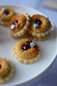 Marzipan Kränze | Marion's Kaffeeklatsch White Chocolate Recipes, White Chocolate Mousse, Melting Chocolate, Delicious Cake Recipes, Yummy Cakes, Baking Recipes, Cookie Recipes, Patisserie Cake, Christmas Biscuits