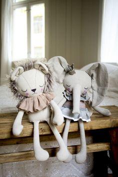 No se puede ser mas monos que esta pareja de león y elefante. Handmade Lion and Elephant Cloth Dolls