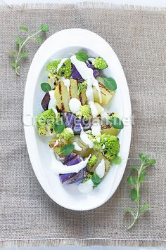Ensalada de patatas moradas y romanescu
