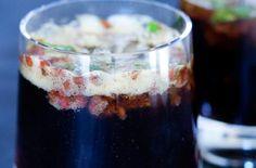 Lakrids og Hinbær Mojiti    ½ dl lys rom  1 spsk Sweet Liquorice Syrup el. Salty Liquorice Syrup fra Johan Bülow  1 lime, saften heraf  8 mynteblade, grofthakket  6 friske hindbær  ½ tsk. Raw Liquorice Powder  danskvand  isterninger (gerne knuste)