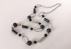 Sautoir moderne noir, gris et argent - Perles artisanales : Collier par vilicreation