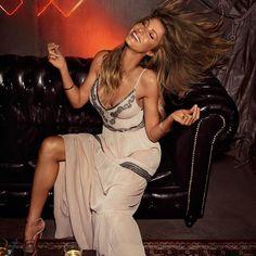 OMG! O maxi dress da coleção com a nossa musa Gisele é a peça-desejo da coleção! 😱 #ColcciLovers #SS17