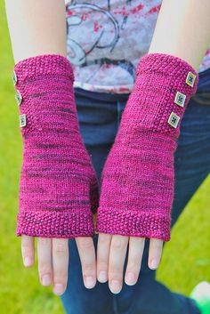 Qiviut Pattern idea: Seeded Mitts by Heidi Beukelman - free knitting pattern available on Ravelry, uses 170 yards fingering weight yarn Crochet Mittens, Crochet Gloves, Knit Or Crochet, Knitting Patterns Free, Free Knitting, Free Pattern, Fingerless Gloves Knitted, Knitted Hats, Little Presents