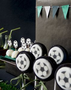 Soccer Oreo pops - They would be cute for a soccer party or soccer birthday party! Soccer Treats, Soccer Snacks, Football Soccer, Football Cookies, Soccer Birthday Parties, Soccer Party, Boy Birthday, Cakepops, Soccer Banquet