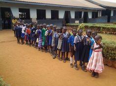 Schule in Uganda: Zu Beginn des Praktikums hätten sich die Schüler auf dem Schulhof aufgestellt und die Hymne gesungen, berichtet Studentin Sara Ellerkmann. Danach stellte sie sich vor und die Schüler versuchten ihren Namen richtig auszusprechen. Vergebens