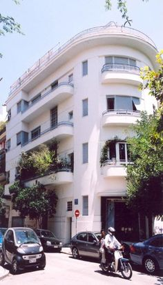 Beautiful Kypseli and Athens' forgotten urbanity Greece Apartments, Old Apartments, Interesting Buildings, Beautiful Buildings, Bauhaus, Big Tree, Concrete Jungle, Athens Greece, The Neighbourhood