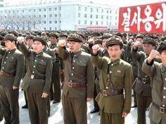 2013 - Nampo, Corea del Norte, 3 de abril de 2013 - Norcoreanos asisten a una manifestación contra los Estados Unidos y Corea del Sur en Corea del Norte el 3 de abril de 2013. En esta imagen emitida por la agencia de noticias oficial del Norte, KCNA, en Pyongyang, las letras coreanas rezan: 'Defensa contra la muerte'.