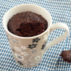 Deze chocolade mug cake maak je binnen een paar minuten! Roer de ingrediënten in een mok door elkaar en zet deze in de magnetron, meer werk is het niet!