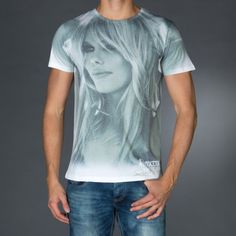 Round neck t-shirt with photo print on front and logo print on front.  € 34.90 SALE > € 22.90