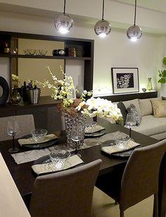 ダイニングルーム-落ち着きと輝きの融合コーディネート|ブラウンの落ち着いた色味でまとめられたダイニングテーブル。 美しく輝くペンダントライトをプラスすることで、全体的に上品で高級感のあるイメージとなります。