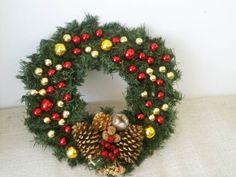 GUIRLANDA DE NATAL   Com bolinhas de natal vermelho e dourado, aplique de pinha e enfeites natalinos.  Receba o Natal com muito amor, em grande estilo! R$ 60,00
