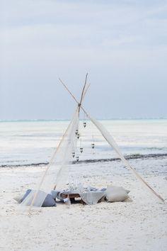 Beach Tipi // Zanzibar // Destination Wedding // Strandhochzeit // Canopy Zelt, Strand Picknick, Boho Hochzeitsdekoration