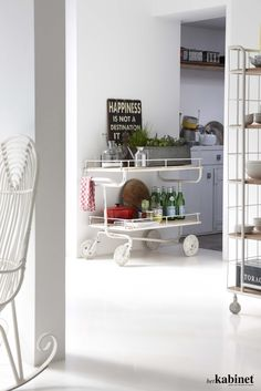 Een industrieel rek op wielen is ideaal in de keuken! #kitchen #interieur #koken #thuis #keuken