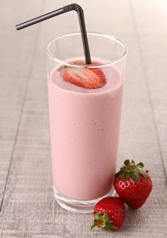 This Strawberry Banana Smoothie is PERFECT fror summer! #healthy #drinks #recipe #skinnyms