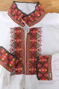 (2) FINN – Brodert beltestakk i høgrøde farger Embroidery On Clothes, Hand Embroidery, Embroidery Designs, Cross Stitch Designs, Cross Stitch Patterns, Scandinavian Embroidery, Sewing Crafts, Sewing Projects, Palestinian Embroidery