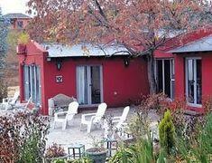 La casa de campo cuenta con una galeria de típico estilo colonial, con techos sostenidos por vigas de madera, y rodeada por una vegetación autóctona compuesta por robles, pinos y fresnos. El salón es el gran ambiente.