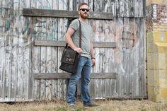 Urban Bozz mannentas: BARNES. Stijlvolle messengerbag van Landleder met mooie, opvallende details. Herbergt met gemak mappen op A4-formaat.