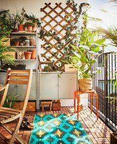 Uma estante numa varanda, para proporcionar arrumação e espaço de trabalho para a jardinagem