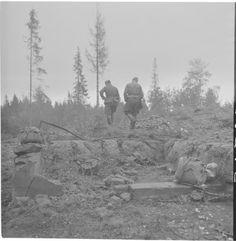 Yrjö Jylhä ja Matti Kurjensaari Vienolan raunioilla ja puutarhassa.  Luutnantti Ruponen 16.9.1942 Sotamuseo