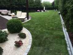 Iglaki i rośliny półzimnozielone na rabatach w ogrodzie nowoczesnym. #projektowanie ogrodów, #hurtownia kamienia, #projektowanie ogrodów Toruń, #projektowanie ogrodów Bydgoszcz, #ogrody Toruń, #ogrody Bydgoszcz