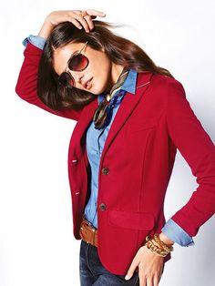 Excelente inspiración para un blazer rojo.