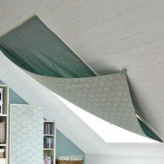 斜め天井に埋め込まれた大きな天窓に手軽なカーテン