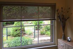 Braune #Jalousien nach Maß am Wohnzimmer Fenster - ein Kundenfoto