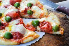 Pizza di patate in padella con mozzarella e pomodori