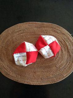 【nanapi】 はじめに昔から女の子の遊びの代表として親しまれてきたお手玉。著者が子供の頃から慣れ親しんだお手玉は祖母直伝の実用的なものです。今回は手乗せ遊びに最適の座布団型お手玉の作り方を紹介します。完成したお手玉の大きさ直径約8cmです。中に入れる詰め物(豆・米など)の量によって、もう少...
