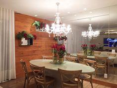 Sala de jantar com mistura de estilos: lustre clássico, mesa em laca, painel em madeira de demolição e muuuuiiito espelhoo ❤️❤️