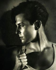 25 Stunning Vintage Hollywood Portraits - - George Hurrell and Clarence Sinclair Bull were known for taking striking photographs of Hollywood legends. Hollywood Men, Old Hollywood Movies, Vintage Hollywood, Classic Hollywood, Hollywood Fashion, Hollywood Actresses, Silent Screen Stars, Clint Walker, George Hurrell