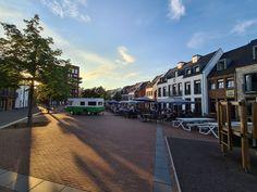 Het gezellige Wilhelmus is het centrale plein op Dormio Resort Maastricht. In de zomer kun je hier genieten van een heerlijk drankje op het terras of een lekker schepijsje! Resorts, Street View, Vacation Resorts, Beach Resorts, Vacation Places