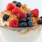 Add dried or fresh fruit and low-fat granola to low or non-fat yogurt for a yummy snack! 400 Calorie Meals, Low Calorie Snacks, Office Snacks, Breakfast Recipes, Breakfast Ideas, Yogurt Breakfast, Breakfast Time, Breakfast Dishes, Yogurt And Granola
