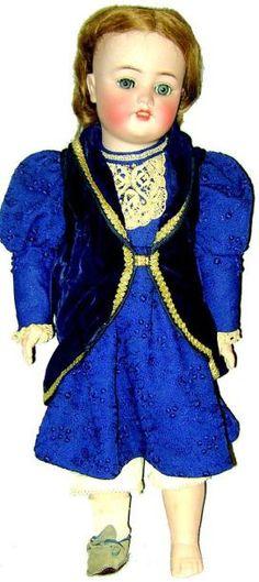Bébé de fabrication allemande de la maison SIMON & HALBIG, moule 1078, tête en biscuit coulé, bouche ouverte, yeux mobiles bleus en verre, corps en composition et bois entièrement articulé. H 62 cm. Robe… - Lombrail-Teucquam - 29/09/2012