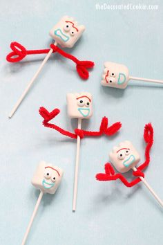 Food ideas 220324606758891311 - FORKY TOY STORY MARSHMALLOWS — a fun and easy Toy Story food idea for your Toy Story party, made with candy melts, pipe cleaners, and marshmallows. Source by lemondedis Toy Story Party, Fête Toy Story, Toy Story Food, Toy Story Birthday Cake, Toy Story Crafts, Toy Story Theme, 4th Birthday Parties, 3rd Birthday, Birthday Ideas