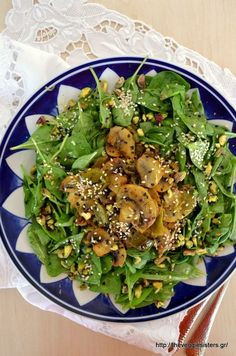 I am sharing with you an easy, light and amazing spinach salad. Baby spinach with lemony baked mushrooms topped with sesame seeds and pistachios! What a yummy healthy salad is that Baked Mushrooms, Stuffed Mushrooms, Salad Bar, Spinach Salad, Appetisers, Healthy Salads, Seaweed Salad, Salmon Burgers, Side Dishes