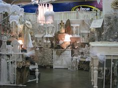 inviting booth display- lots of pictures of booths on this site Craft Booth Displays, Shop Window Displays, Store Displays, Vendor Displays, Display Ideas, Vintage Shop Display, Vintage Market, Antique Mall Booth, Antique Shops