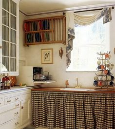 Home & Garden: Inspirations cuisines Small Country Kitchens, Cottage Kitchens, Porch Interior, Vintage House Plans, Built In Furniture, Home And Deco, Kitchen Curtains, Dining Room Design, Kitchen Decor