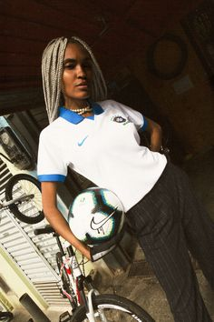 Futebol and urban culture in the editorial shot by Nike together with the creative studio VariosCorre Fashion Killa, Fashion Show, Vintage Football Shirts, Jersey Outfit, Football Fashion, White Jersey, Dress Cuts, Sport Outfits, Catwalk