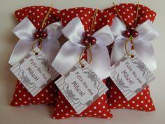 Tecido vermelho com bolinhas brancas, laço branco e tag feliz dia das mães.  Verificar quantidade disponível para produção.  Aromas variados.  Sache para armários e gavetas  Duração de 4 á 6 meses.  Preço por unidade / Acompanha TAG