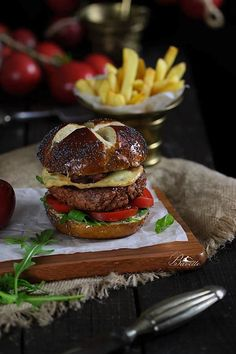 Black Angus Burger with Scamorza Cheese 🍔 Burger Bar, Burger Recipes, Grilling Recipes, Angus Burger, Loose Meat Sandwiches, Pub Food, Delicious Burgers, International Recipes, Tapas