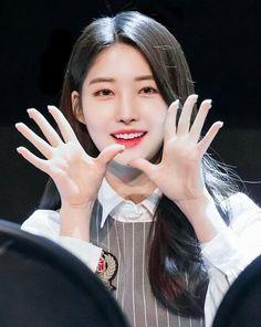 "EVERGLOW SIHYEON (시현) di Instagram ""190324 팬싸 Fansign ㅡㅡ ©sihyeonshine99 #KIMSIHYEON #SIHYEON #김시현 #EVERGLOW #에버글로우 #EVERGLOW_SIHYEON #시현 #에글 #金施贤"" Kpop Girl Groups, Korean Girl Groups, Kpop Girls, K Pop, Loona Kim Lip, Wendy Red Velvet, Gfriend Sowon, Yuehua Entertainment, Red Velvet Seulgi"