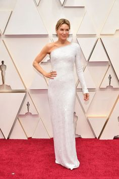 Renee Zellweger Robe asymétrique ⚡ Renee Zellweger Asymmetrical dress Renee Zellweger opted for the minimalist way in a white one-shoulder dress by Armani Privé at the 2020 Oscars . Armani Prive, Renee Zellweger, Dior Haute Couture, Thom Browne, Charlize Theron, The Dress, Pink Dress, Sequin Dress, Ruffles