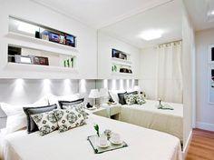 Os nichos acima da cabeceira são projetados para fora, ou seja, não exigem que a cama seja deslocada 8 ou 10 centímetros para a frente.