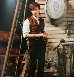 #EddieRedmayne as Newt Scamander in behind the scene of #FantasticBeasts. #HPCelebration https://twitter.com/iEddieRedmayne/status/825756066801520640/photo/1