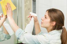 Como limpar o espelho do banheiro. Na limpeza do banheiro de casa, um dos principais elementos que nos devemos centrar é no espelho, pois é muito fácil se manchar diariamente e acabe repleto de respingos de água e outros produtos, como...